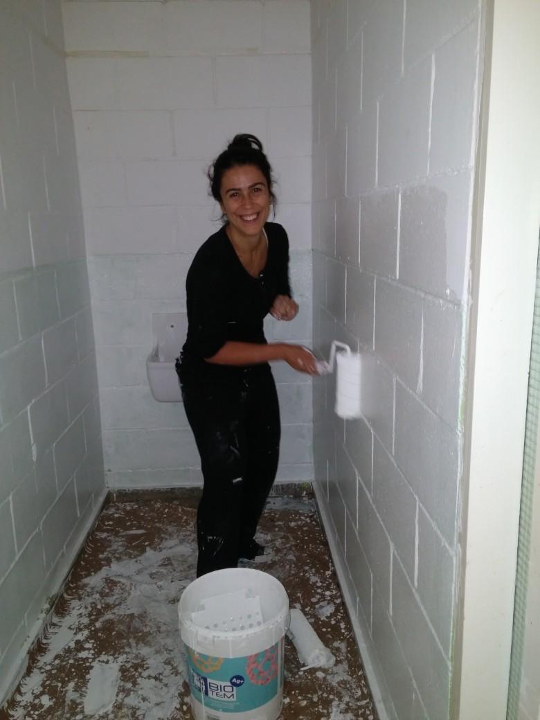 Pintant els lavabos de Primaria