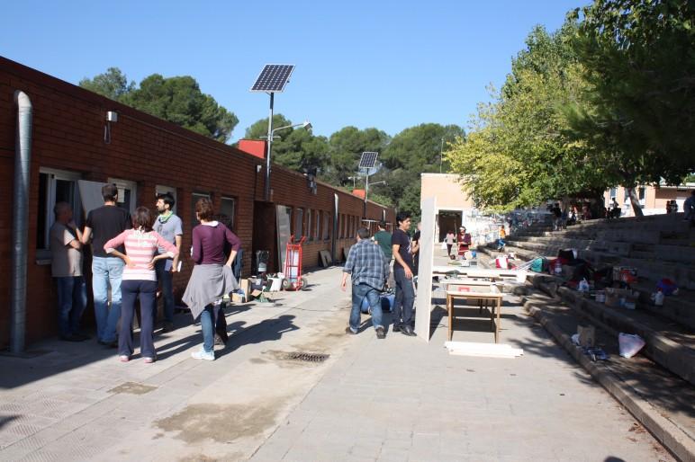 Als exteriors es prepara part del material a colocar a les sales