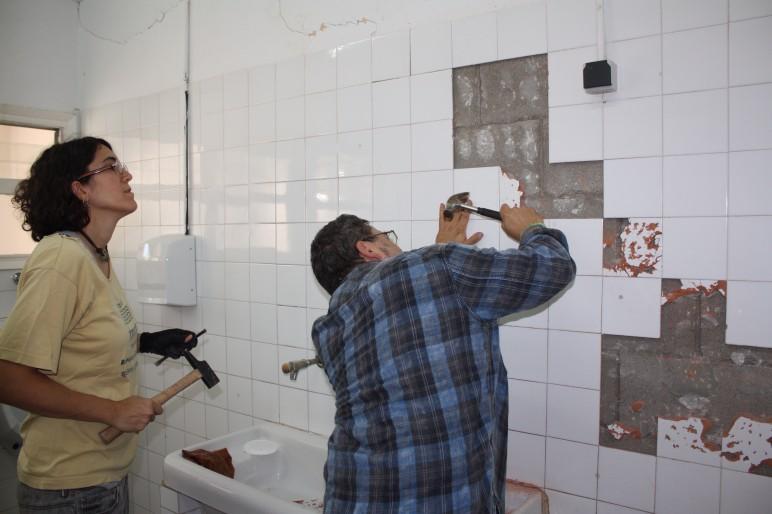 Reparant les rajoles dels lavabos de Primaria